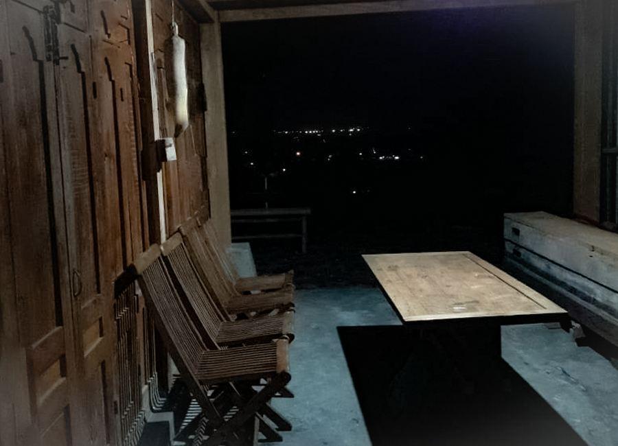 Suasana Ruang Makan di malam hari Homestay Jogja Omah Gunung